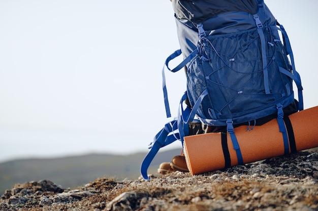 산 정상에 장비가 남아있는 등산객 용 배낭