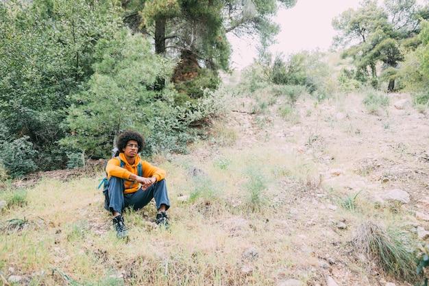 自然の中で座っているハイカー