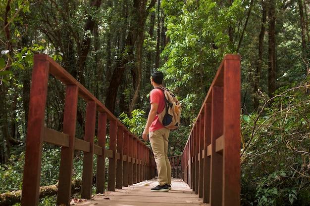 Escursionista in piedi sul ponte