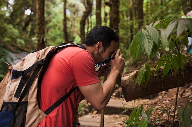 Escursionista di scattare foto di un impianto