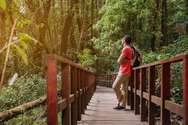 Escursionista un resto su un ponte