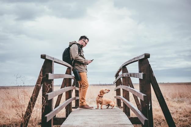 Hiker используя умный телефон
