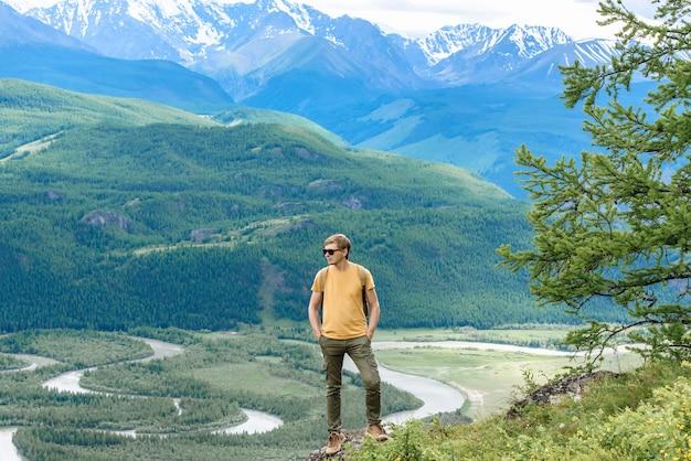 배낭을 메고 산의 아름다운 전망을 즐기는 등산객