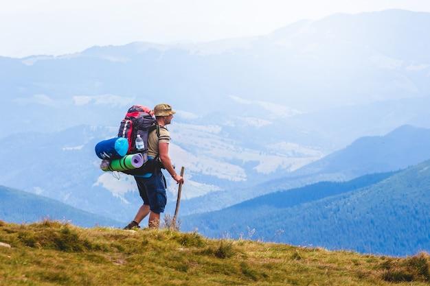 Путешественник со снаряжением в горах