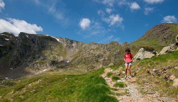 フランスのピレネー山脈のハイカー女性