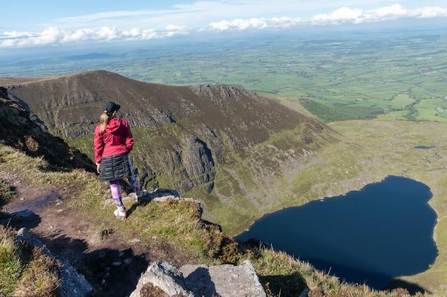 Путешественник женщина на вершине горы