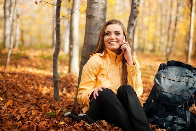 Туристическая женщина отдыхает и разговаривает по мобильному телефону