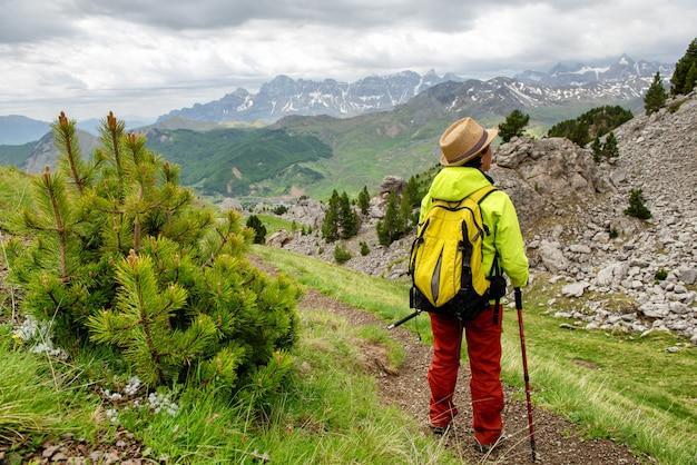 Турист женщина с видом на долину тена в пиренеях, формигаль, уэска, испания