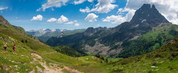フランスのピレネー山脈のピクデュミディオサウの小道にいるハイカーの女性