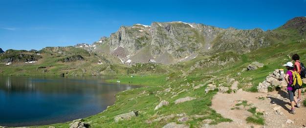 フランスのピレネー山脈のアユス湖の小道にいるハイカーの女性