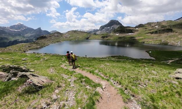 フランスのピレネー山脈の小道にいるハイカーの女性