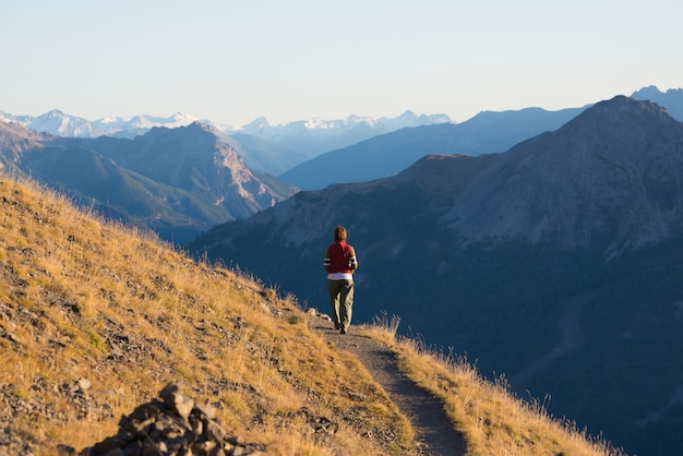 Hiker в высокогорных скалистых горных пейзажей. летние приключения в итальянских французских альпах,