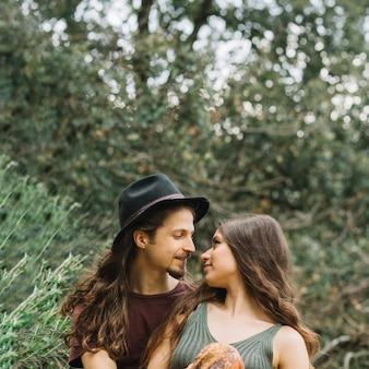 Hiker пара в любви, сидя на природе