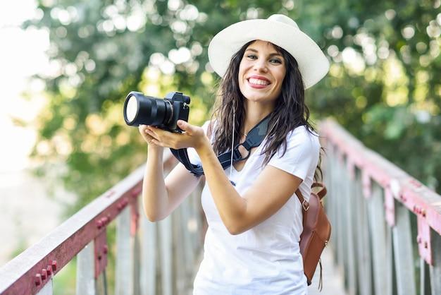 Hiker женщина фотографировать с беззеркальной камерой