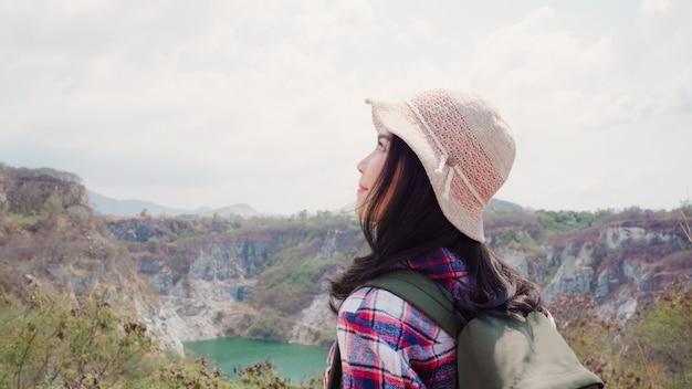 Hiker азиатский рюкзак женщина, идущая на вершину горы, женщина наслаждается своими праздниками на походы, чувствуя свободу.