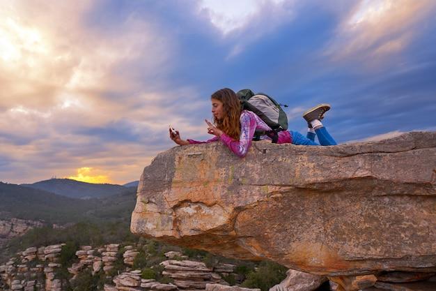 Hiker подросток девушка селфи телефон на вершине горы