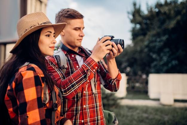 등산객들은 관광을하고 추억을 위해 사진을 만듭니다.