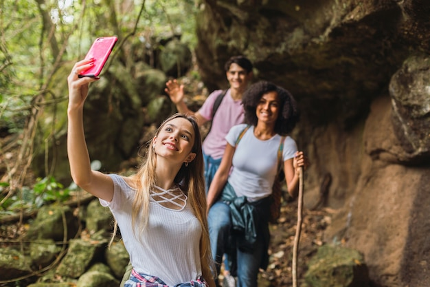 自撮り写真を撮るジャングルのハイカー。ジャングルの友達のグループ。ジャングルのハイカーの肖像画。観光と自然の概念。