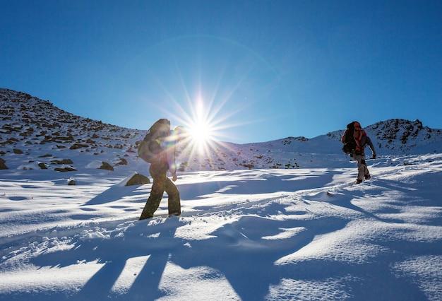 Путешественники в зимних горах