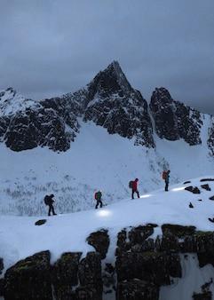 블루 아워 동안 segla 산을 걷는 등산객