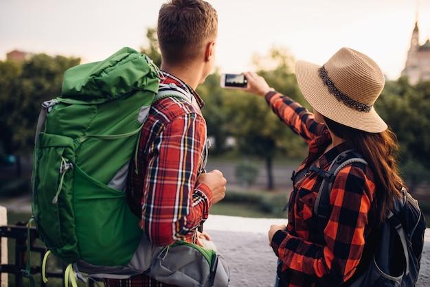 배낭을 든 등산객은 여행에서 셀카를 만듭니다.