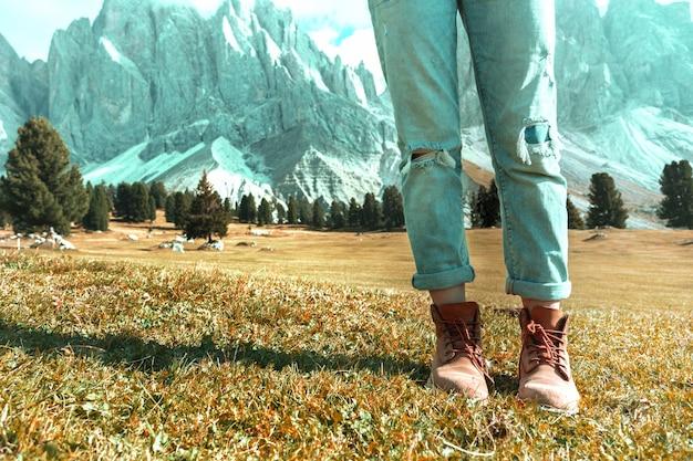ハイキングブーツのクローズアップ。プエツオードレを歩く観光客。イタリア