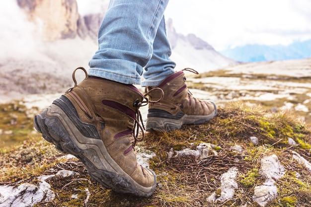 Походные ботинки крупным планом. турист, идущий по тропе. доломиты, италия