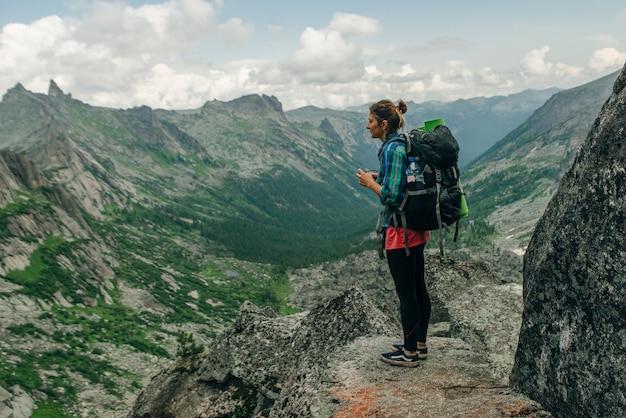 山でのハイキング。ロシアでバックパックハイキングと女性旅行者
