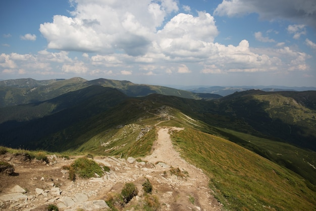 山でのハイキング。観光客のためのハイキングコース