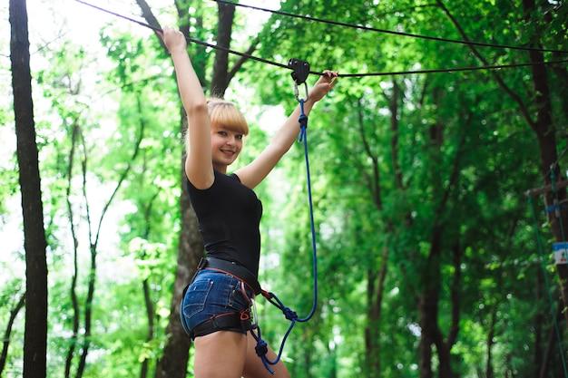 Поход в канатный парк красивой спортивной девушки
