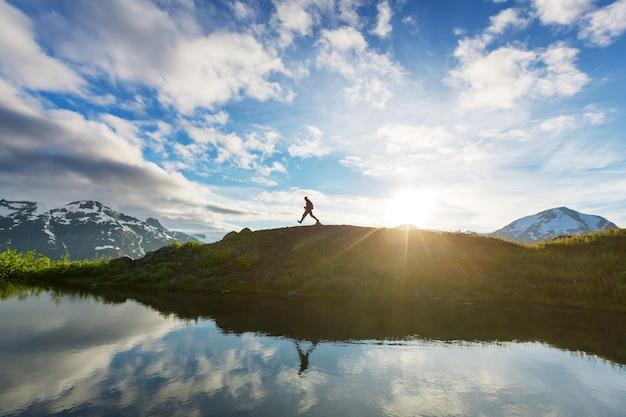 Поход человек в канадских горах. поход - популярное развлечение в северной америке. здесь много живописных троп.