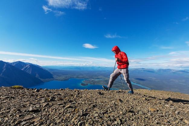 Пеший человек в канадских горах. поход - популярное развлечение в северной америке. здесь много живописных троп.