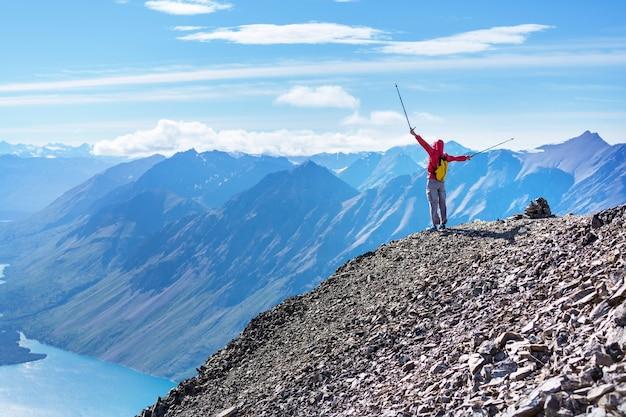 カナダの山でハイキングをする人。ハイキングは、北米で人気のあるレクリエーション活動です。風情のある遊歩道がたくさんあります。