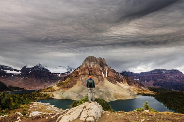 Поход человек в канадских горах. поход - популярное развлечение в северной америке.