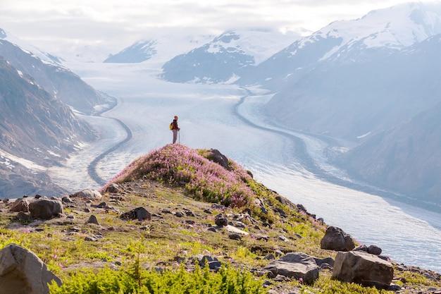 캐나다 산에서 하이킹 남자.
