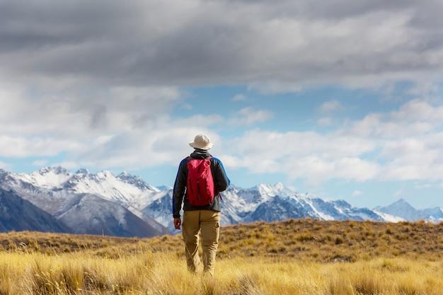 山のアウトドアアクティブライフスタイル旅行冒険休暇夏のハイキング男。ハイキングのコンセプト