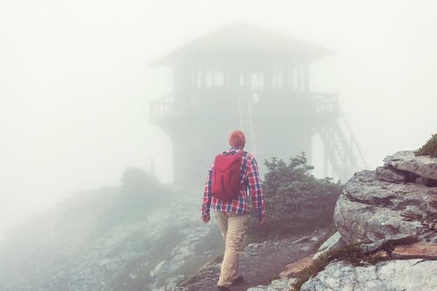 山のアウトドア アクティブ ライフ スタイル旅行冒険休暇夏で男をハイキングします。ハイキングのコンセプト