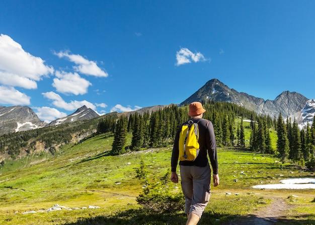 Пеший человек в горах