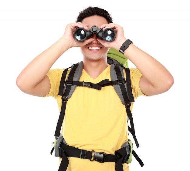 Пеший человек турист смотрит в бинокль