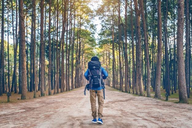 숲에서 걷는 배낭 하이킹 남자.