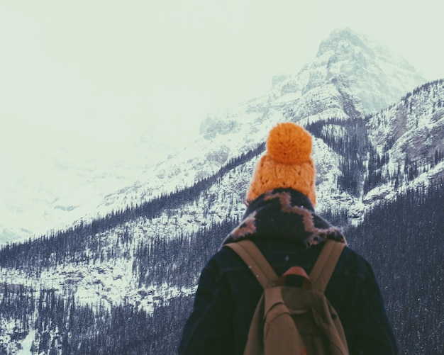 눈 덮인 산에서 하이킹