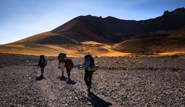 日の出時に七面鳥の火山エルジェス山でハイキングバックパックを持った人々が覚書の頂上に登る...