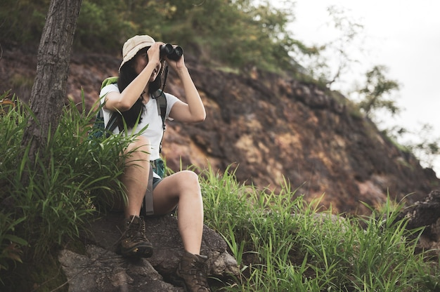 風景の山でハイキングやランニングの女性。スポーツシューズのソールとロックトレイルの脚。ハイカートレッキングや歩道のウォーキング、アウトドアライフスタイル
