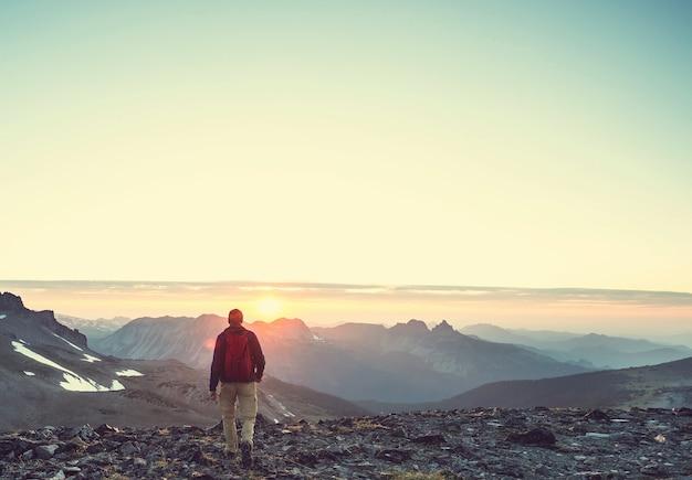 일몰에서 아름 다운 여름 산에서 하이킹 장면