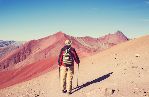 ペルー、クスコ地方のヴィニカンカでのハイキングシーン。 montana de siete colores、レインボーマウンテン。