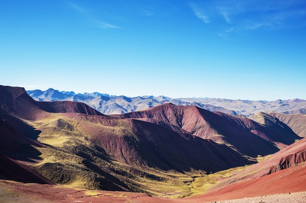 ペルー、クスコ地方のビニカンカでのハイキングシーン。