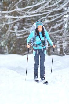 숲에서 하이킹 스키. 혼자 소녀