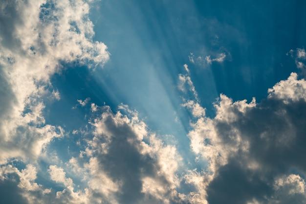 구름에 반사되는 하늘에 밝은 금 빛.