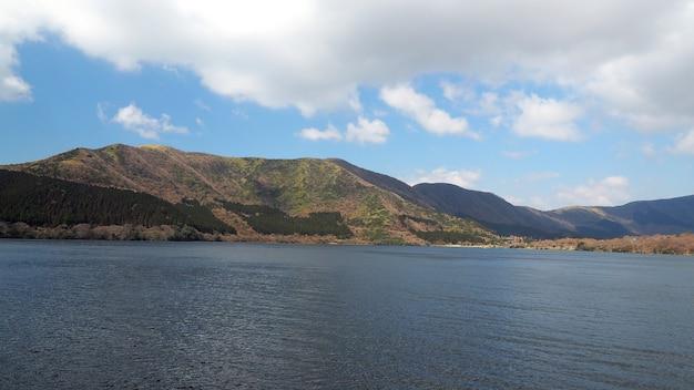 겨울철 일본 도쿄 가와구치 코 근처 5 개의 호수에서 언덕과 호수와 맑고 푸른 하늘과 흰 구름.
