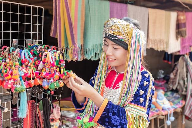 観光客に商品を販売する丘の部族の女性。